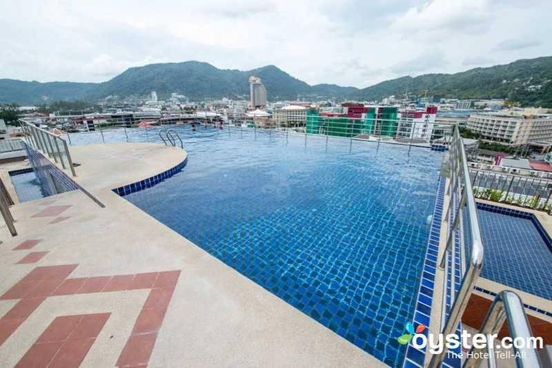 8. Реальность: на самом деле бассейн огорожен металлическим забором.