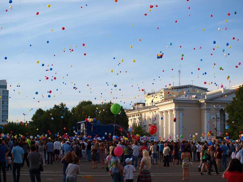 массовый запуск воздушных шаров