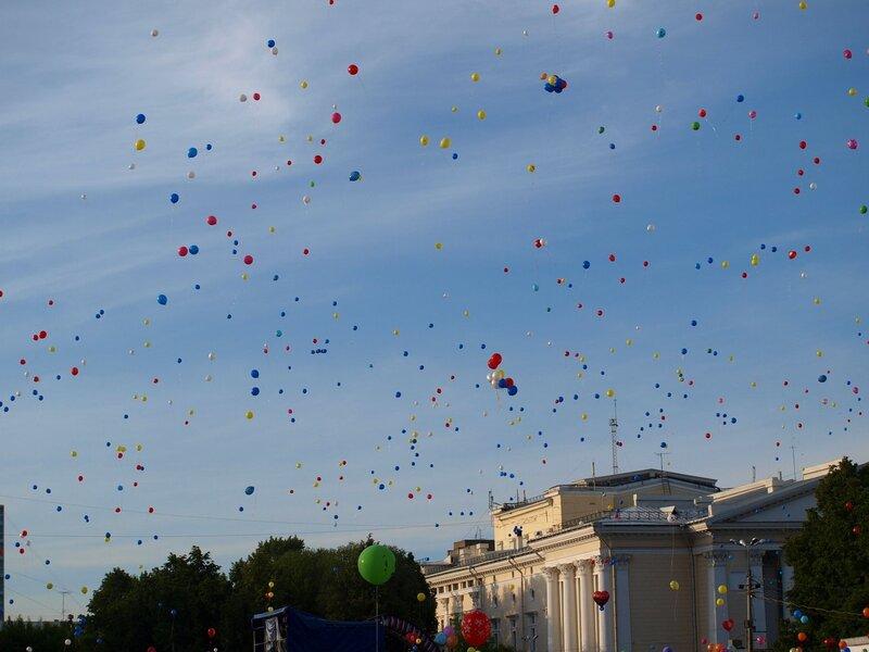 массовый запуск воздушных шаров в небо