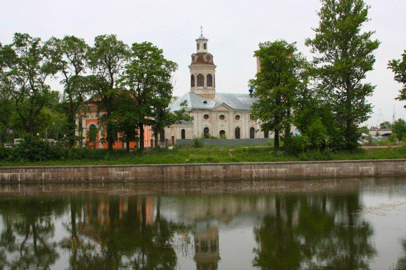 Вид на собор и часовню со стороны канала
