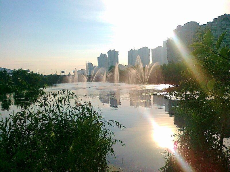 Фонтан посреди озера на проспекте Бажана