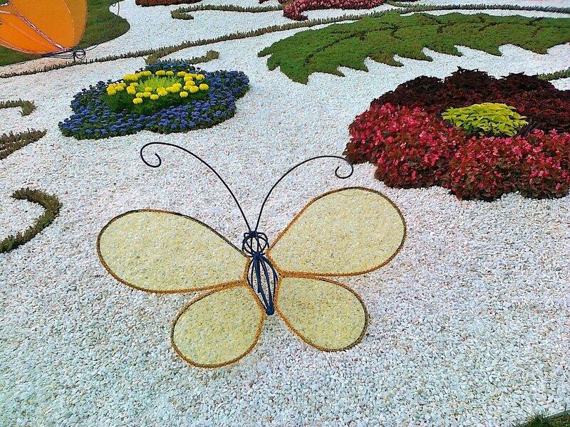 Бабочка - фрагмент цветочной композиции