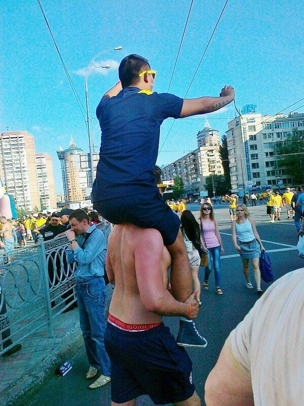 Шведские фаны на площади Леси Украинки