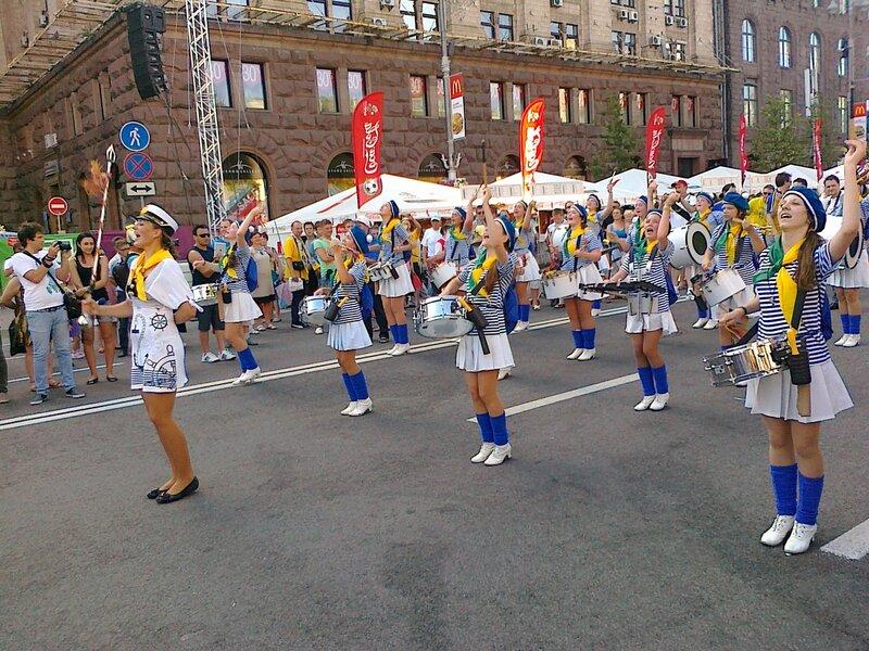 Парад оркестра барабанщиц в фан-зоне Киева