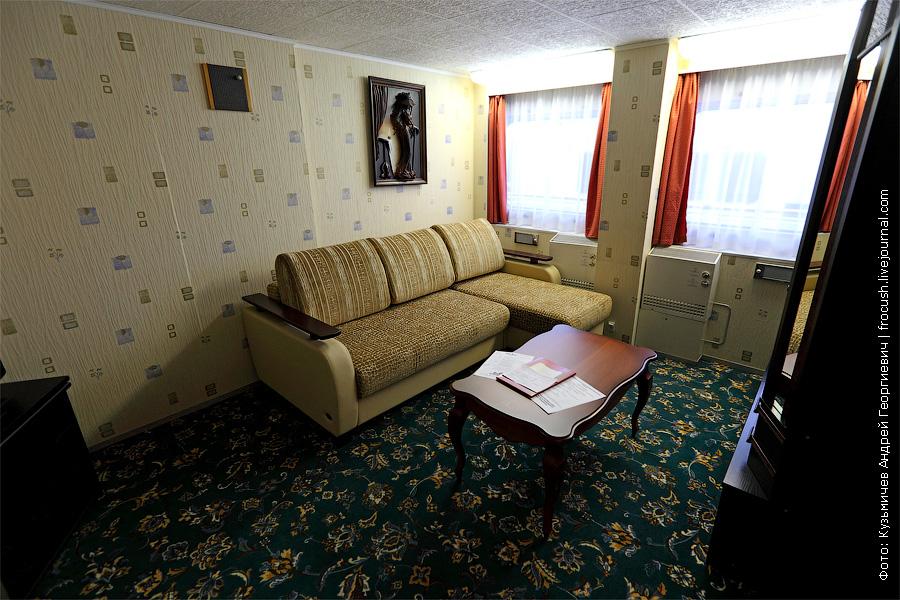 Двухкомнатная каюта люкс №359 со всеми удобствами на средней палубе. Первая комната люкса с угловым диваном. теплоход «Константин Федин»