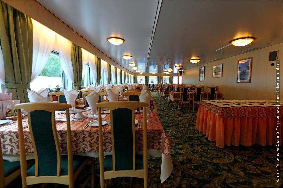 Ресторан в кормовой части средней палубы. теплоход «Константин Федин»
