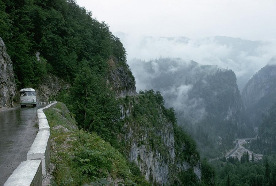 mashable.com Узкая дорога изСочи доозера Рица вКавказских горах впечатляет ипугает одновременно.