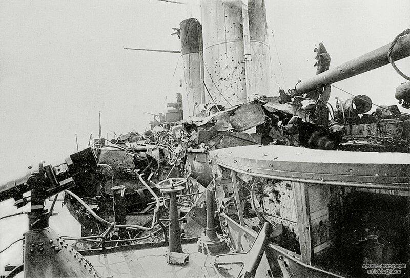 """Повреждения эскадренного броненосца """"Орел"""", вид с кормового мостика на спардек, 1905 год"""