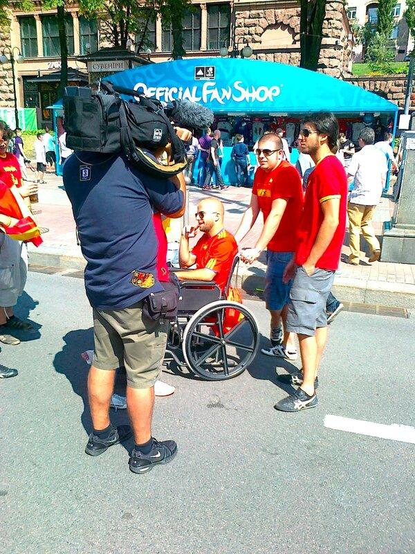 Испанские фаны дают интервью на Крещатике