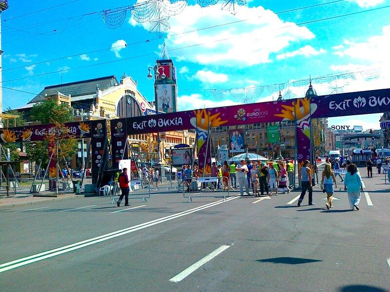 Вход в киевскую фан-зону с Бессарабской площади