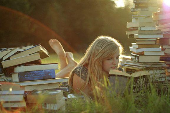 красивая девушка с книгой