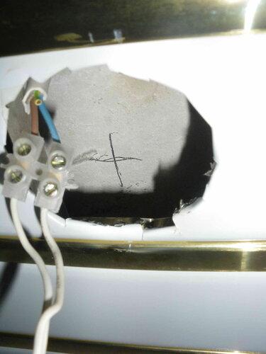 Фото 7. «Отверстие» под точечный светильник в правой части реечного потолка. Видны трещины и зазубрины на рейке вследствие неаккуратных действий ножницами по металлу.