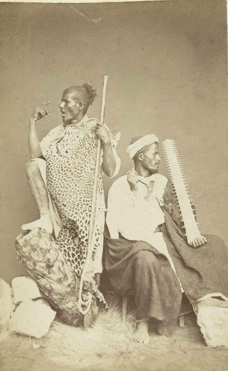 Студийный портрет двух мужчин в традиционной одежде
