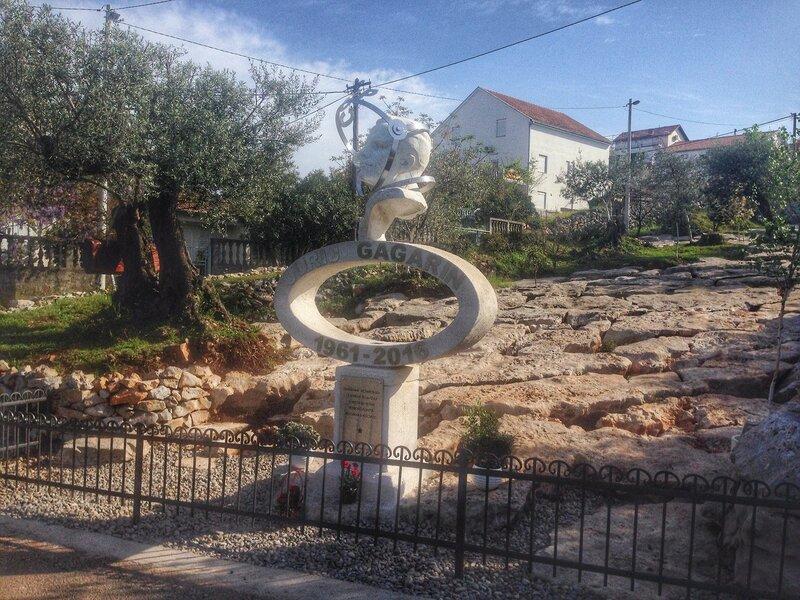 памятник Юрию Гагарину в Черногории