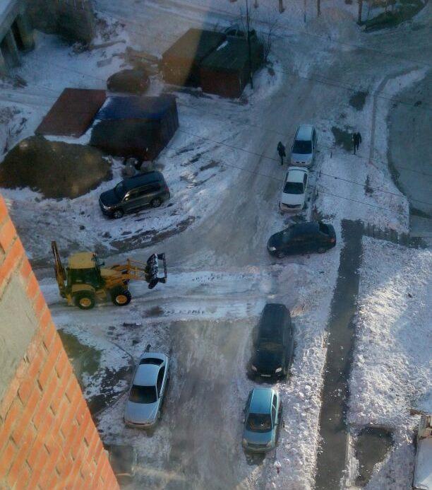 Уборка снега на придомовой дороге 27.12.2016 г.