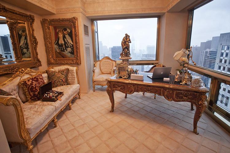 Кабинет для работы. На диванчике лежит шкатулка Louis Vuitton с драгоценностями. Наверное, так лучше