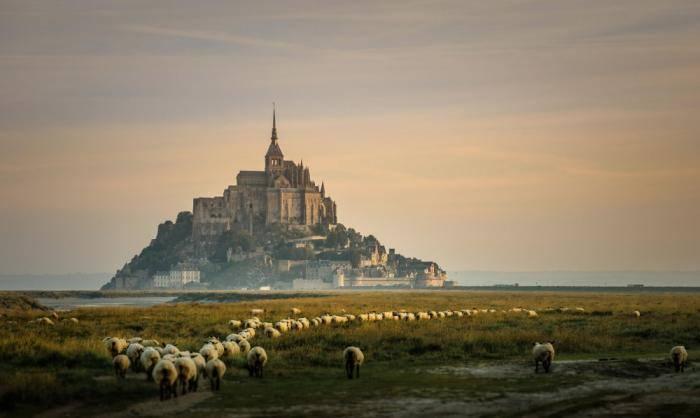 Неприступный замок Мон-Сен-Мишель, со всех сторон окруженный морем, — одна из самых популярных