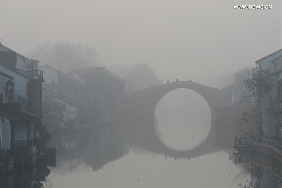 Смог накрыл город Уси в провинции Цзянсу.