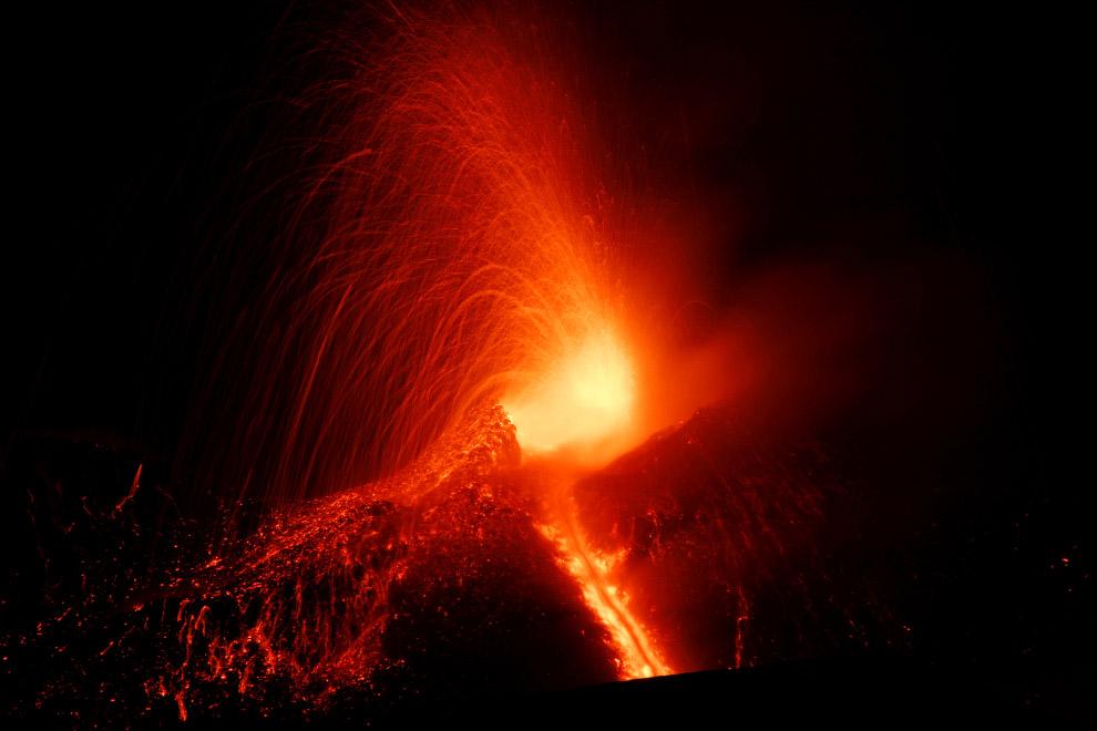 10. Лава из вулкана во всей красе, 1 марта 2017. (Фото Antonio Parrinello | Reuters):