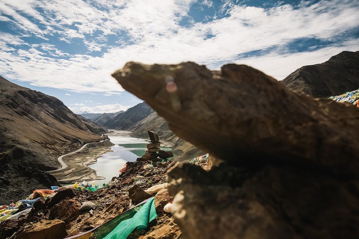 19. По всему Тибету можно увидеть многочисленные башенки из камней – это символические ступы, которы