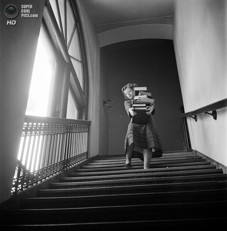 США. Нью-Йорк. 1948 год. Студентка с книгами спускается по лестнице Колумбийского университета г