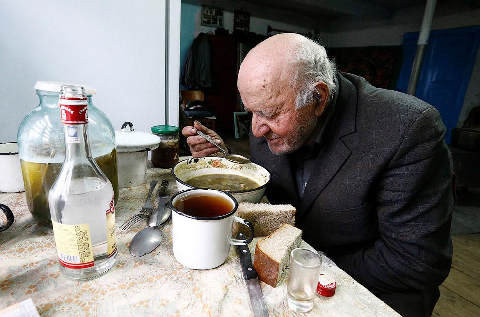 12. Так или иначе, секретом долгой жизни 90-летний Иван называет постоянство — он не покидал ме