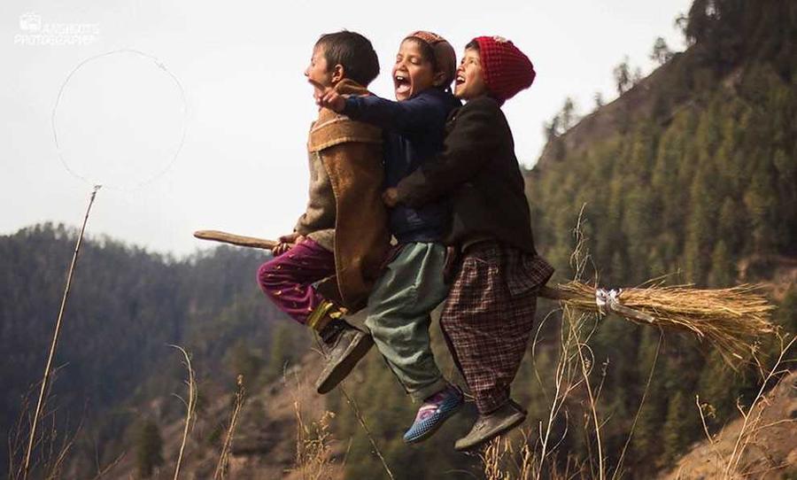 Учитель-волшебник помогает детям играть в Гималаях в квиддич