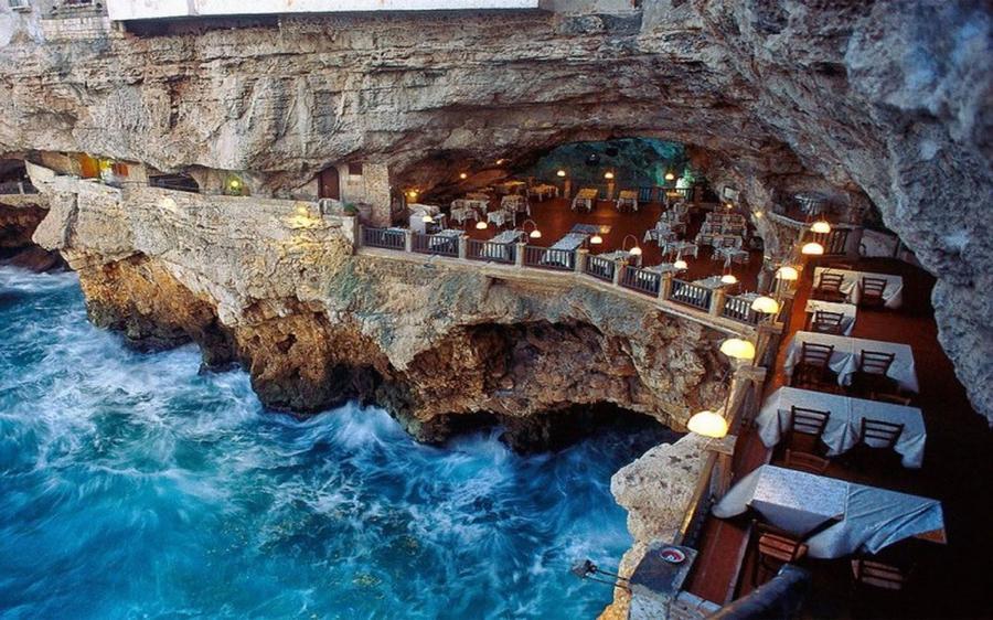 1. Grotta Palazzese, Бари, Италия «Зал» этого ресторана был создан самой природой, когда море вымыло
