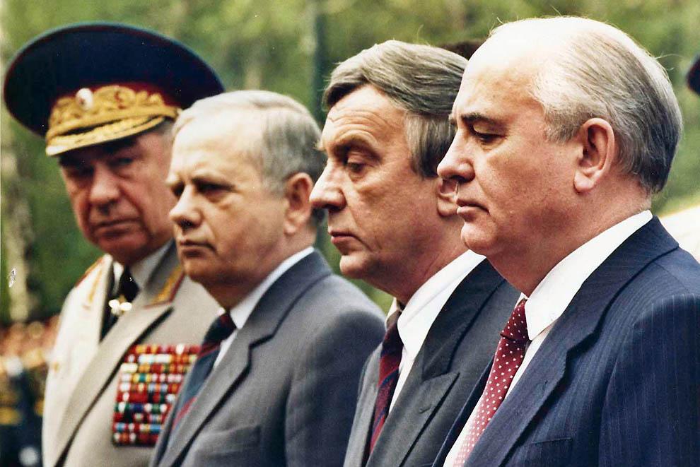 1. Михаил Горбачев в окружении своих «товарищей» за несколько недель до того, как они возглавят авгу