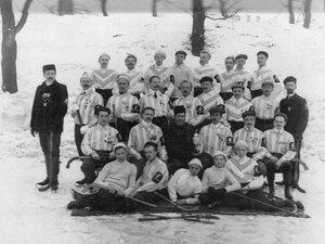 Группа хоккеистов с призами. 1913-1914