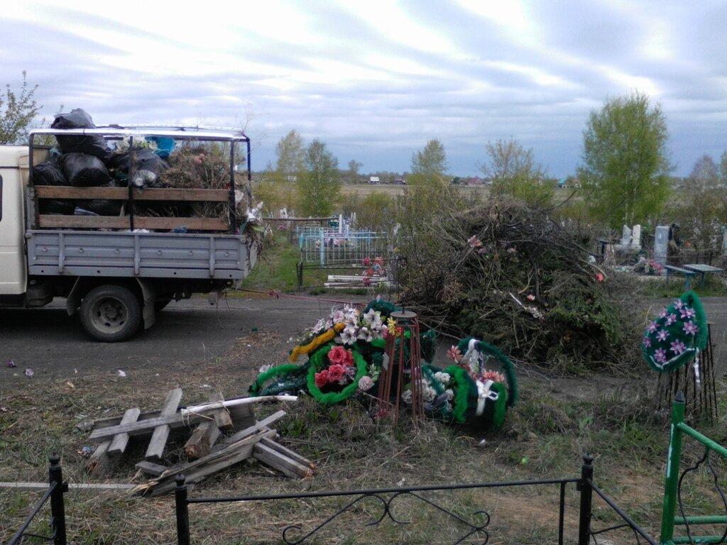 Уборка мусора на кладбище
