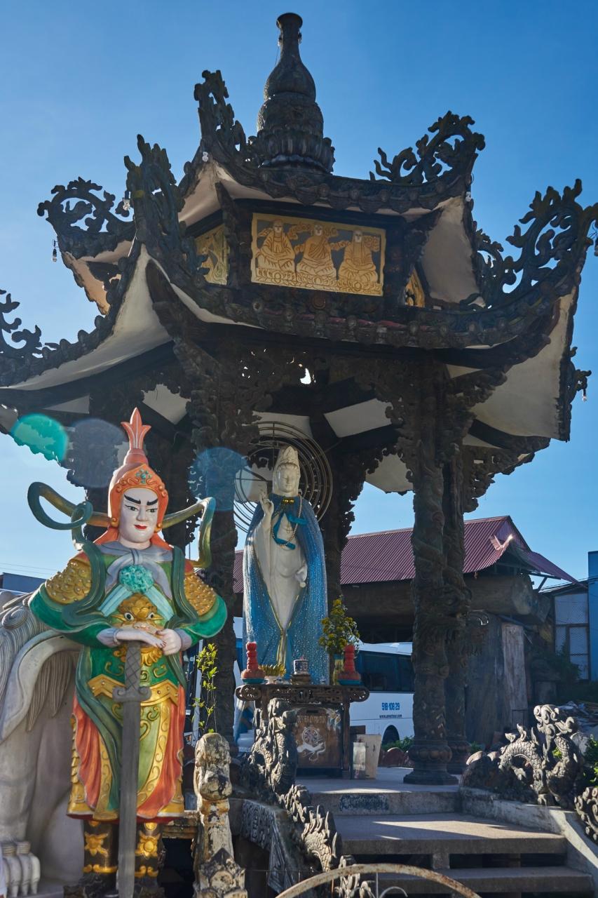 Далат. Пагода Линь Фуок. Алтарь на площади перед самой пагодой