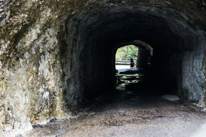 туннель на дороге sp2 в парке dolomiti bellunesi и ущелье мис (canal del mis)