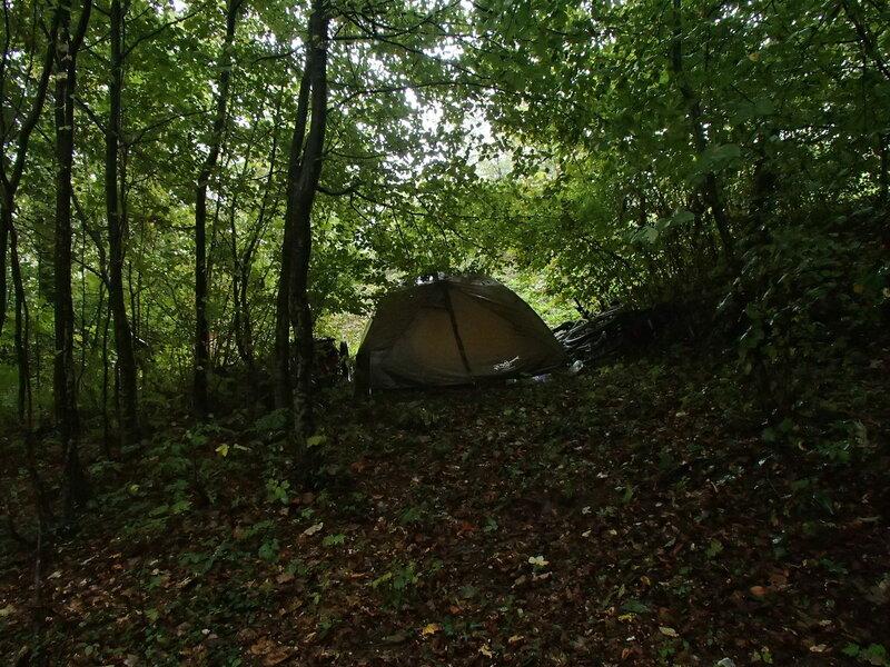 ночевка в палатке в лесу в долине Пьяве, италия