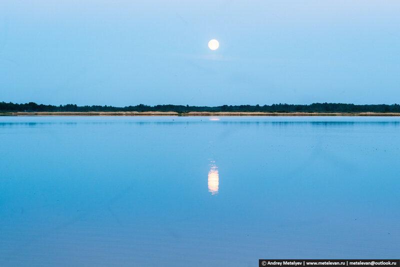 над озером луна