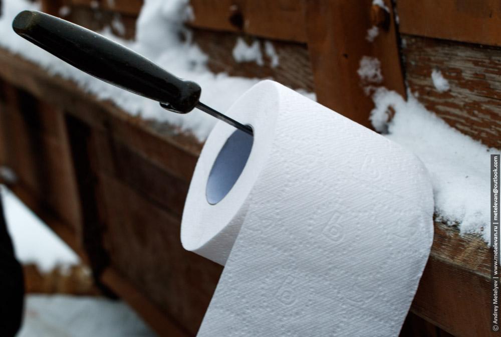 рулон туалетной бумаги на ноже