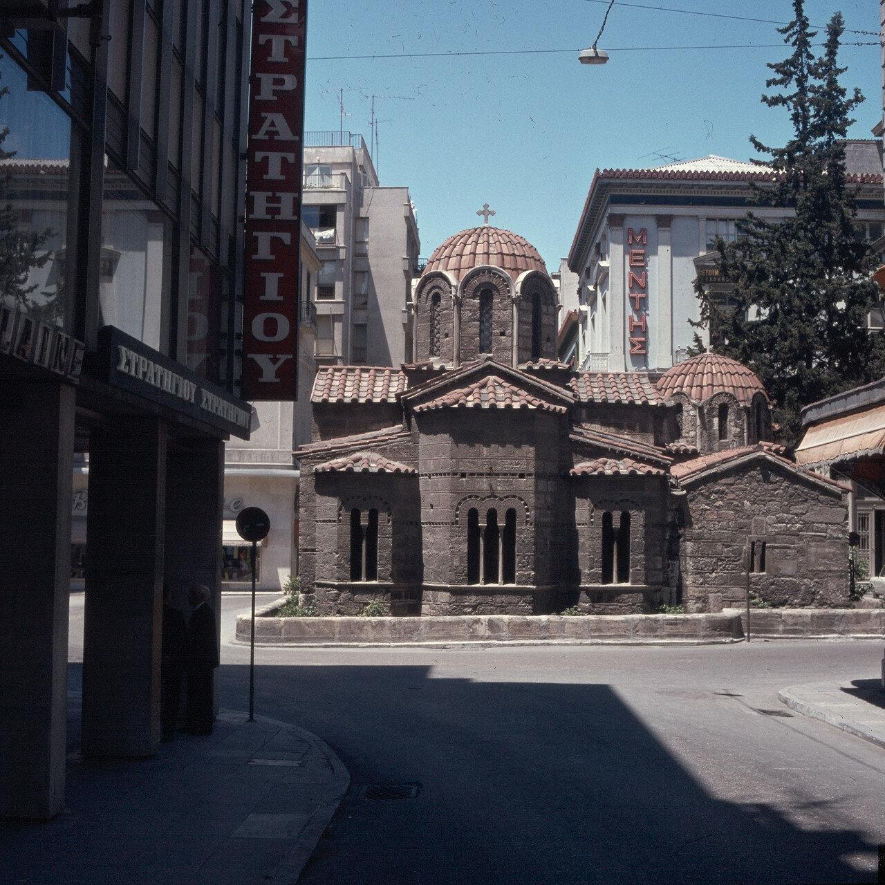1971. Афины. Улица Эрму. Церковь Богородицы Капникареи с востока