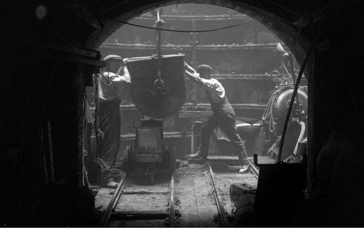 1930. Рабочие расширяют линию в районе площади Пикадилли