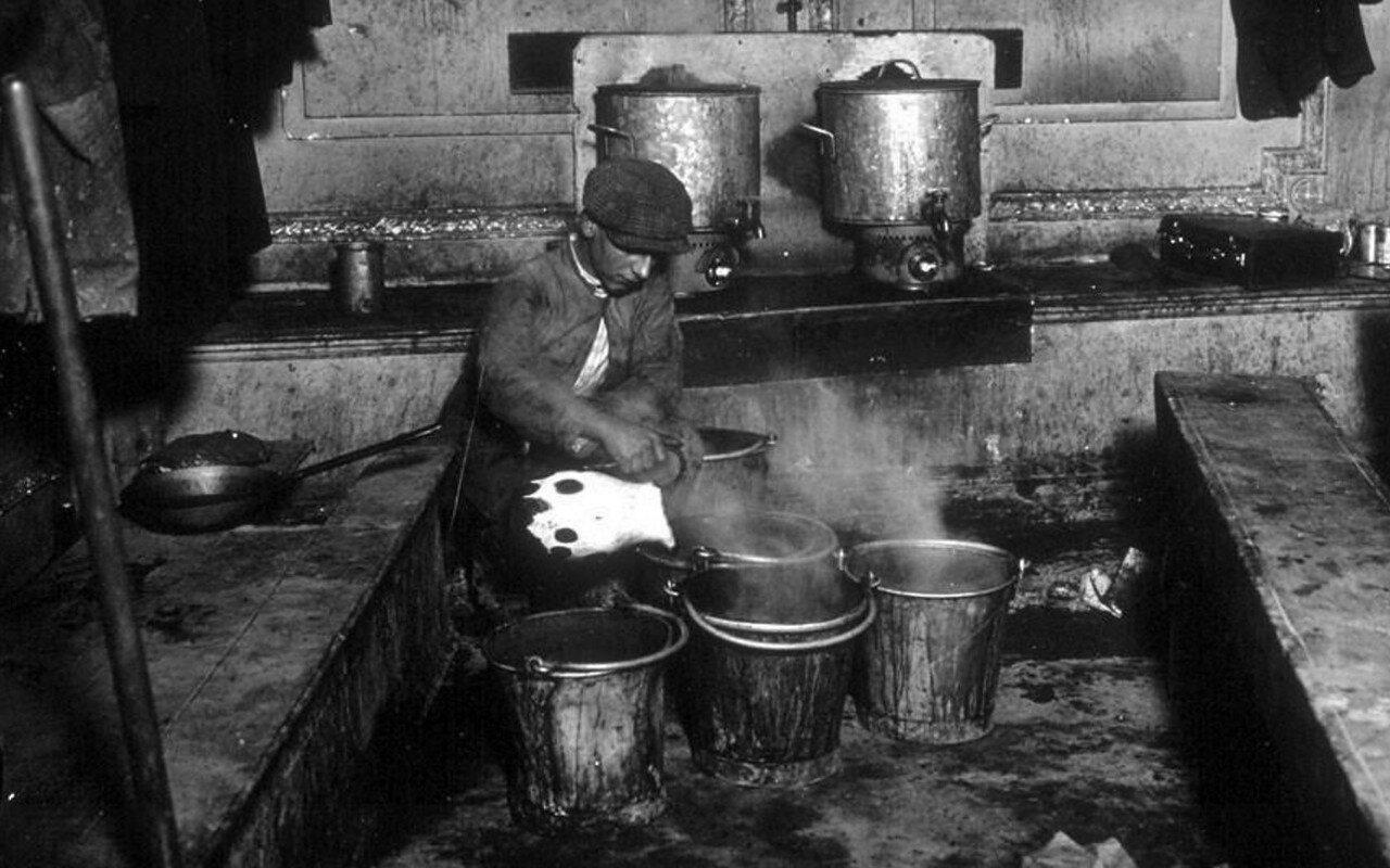 1935. Импровизированная столовая строителей метрополитена