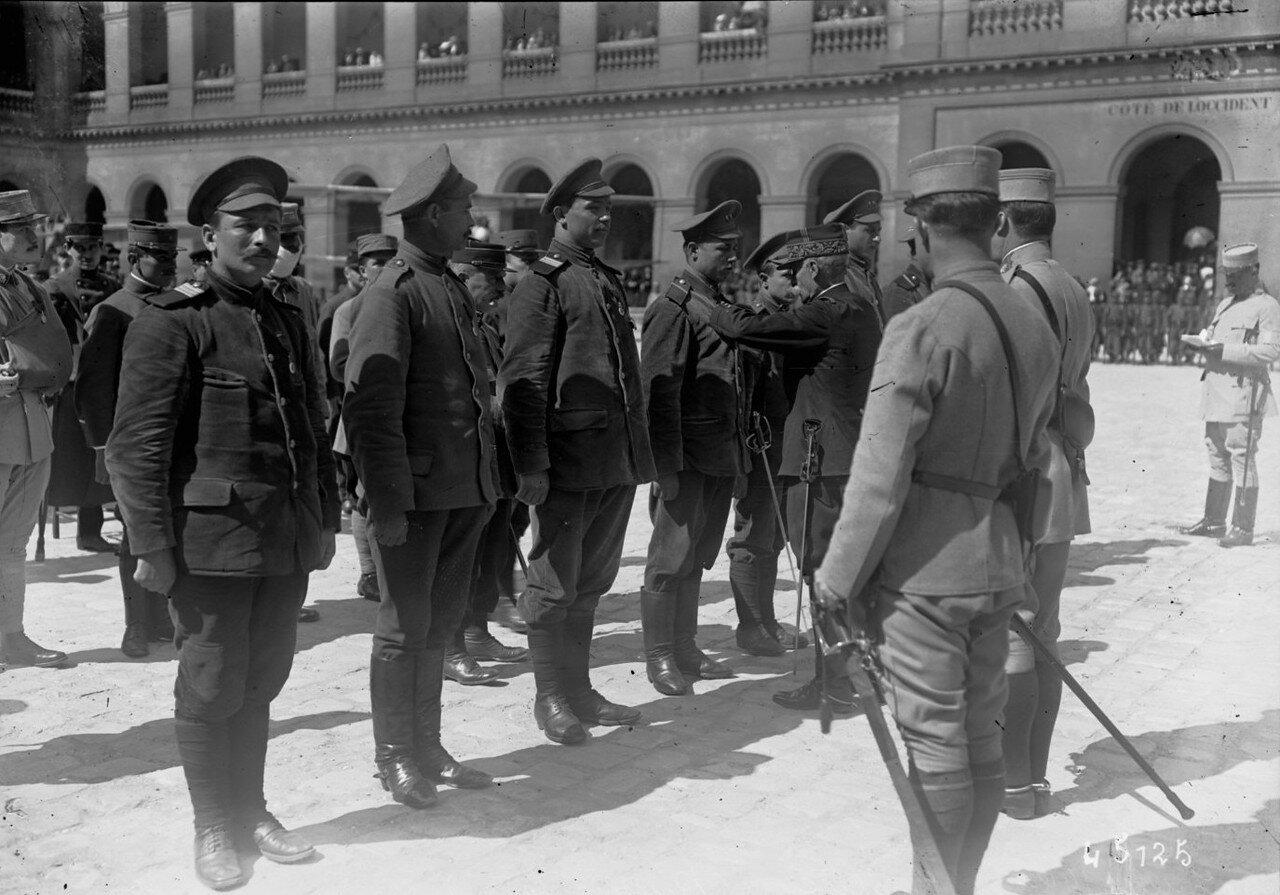 1915. Награждение русских солдат во дворе Дома Инвалидов