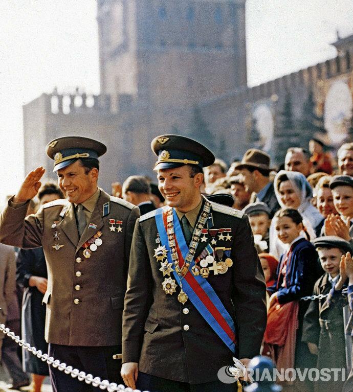1963 летчики-космонавты Юрий Гагарин и Павел Попович на трибуне для гостей во время праздничной демонстрации на Красной площади в Москве, М. Ганкин..jpg