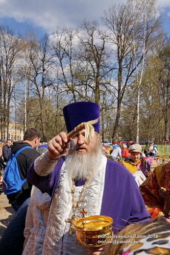 Великая суббота, верующие освящают яйца и куличи, Церковь Великомученика Пантелеимона Целителя, поселок санатория Герцена