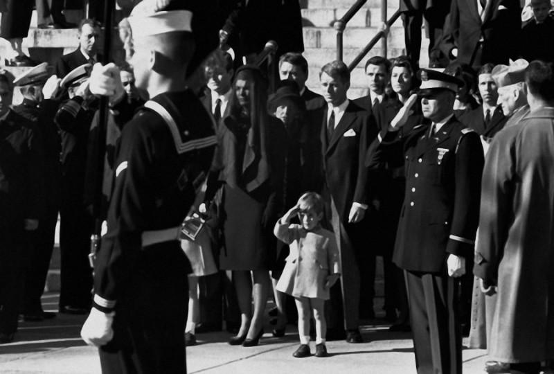 11. Похороны президента Джона Кеннеди, которые состоялись 25 ноября 1963 года, в день рождения Джона