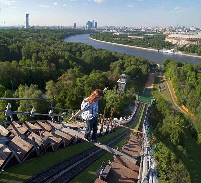 10. Макс Полатов балансирует на доске на высоте 110 метров. (MAX POLATOV / BARCROFT)