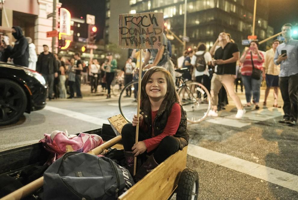Маленькая участница акции протеста против Дональда Трампа возле здания мэрии Лос-Анджелеса, штат Кал
