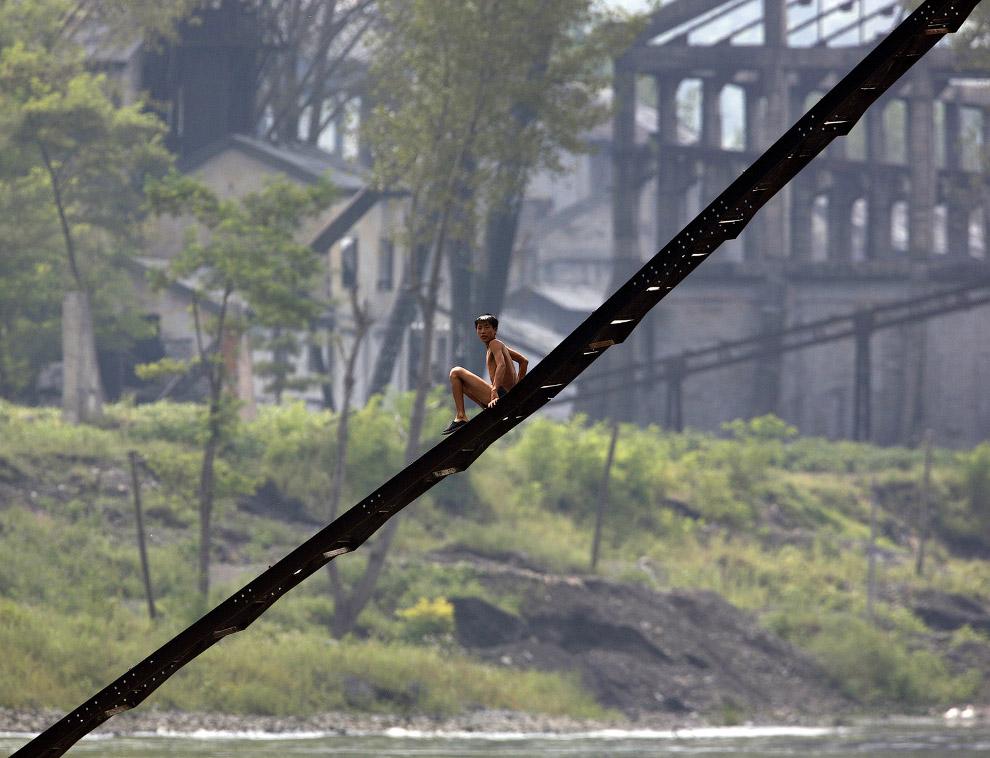 10. Северокорейский пограничник, 1 декабря 2008. (Фото Reinhard Krause | Reuters):
