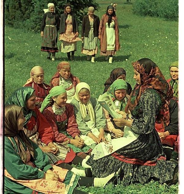 Агитатор Зоя Титова читает журнал удмуртским колхозницам, Малопургинский район, фото Михаила Савина,