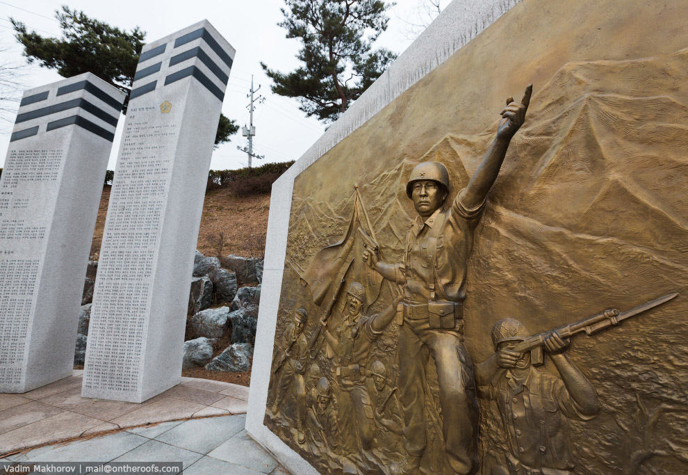 24. Деревня пропаганды со стороны Севернйо Кореи. Оттуда часто можно услышать северокорейские п
