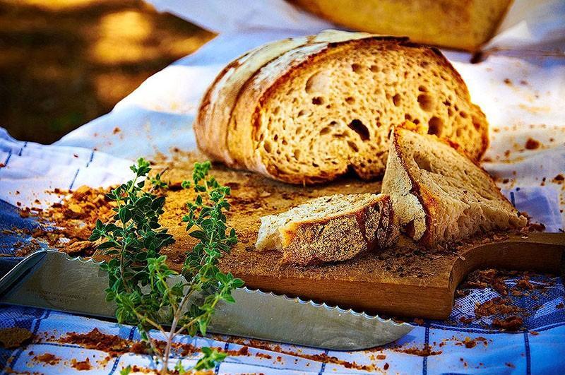 Возвращаем свежесть черствому хлебу Зачерствевший хлеб можно успешно «освежить», обернув ломтики вла