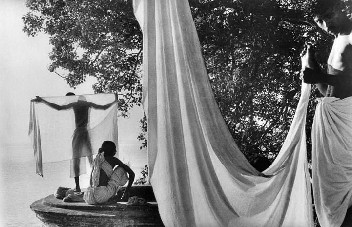 Индия, 1956 год. После купания в Ганге индусы сушат на солнце дхоти — традиционную мужскую одежду.